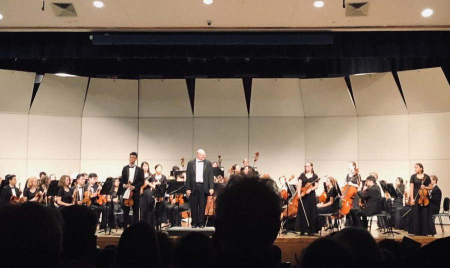 Mr.+Phalp+directs+the+orchestra+at+the+Dec.+13+concert.