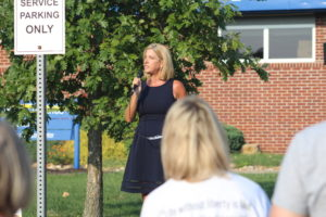 Tana Goertz speaking to Mask Choice 4 Kids rally audience, photo by Max Wolf